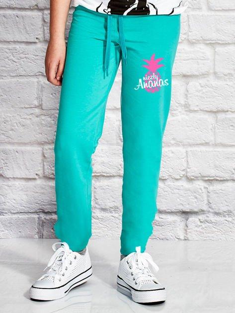 Zielone spodnie dresowe dla dziewczynki z napisem NIEZŁY ANANAS                              zdj.                              1