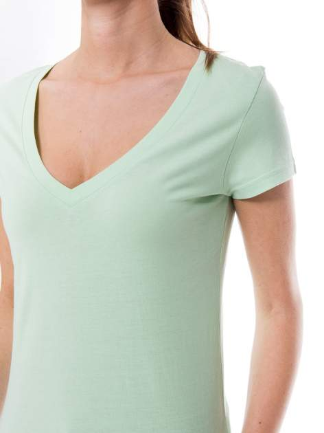 Zielony basicowy t-shirt z dekoltem w serek                                  zdj.                                  6