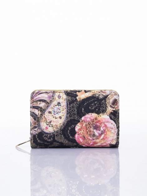 Zielony portfel z kwiatowymi motywami