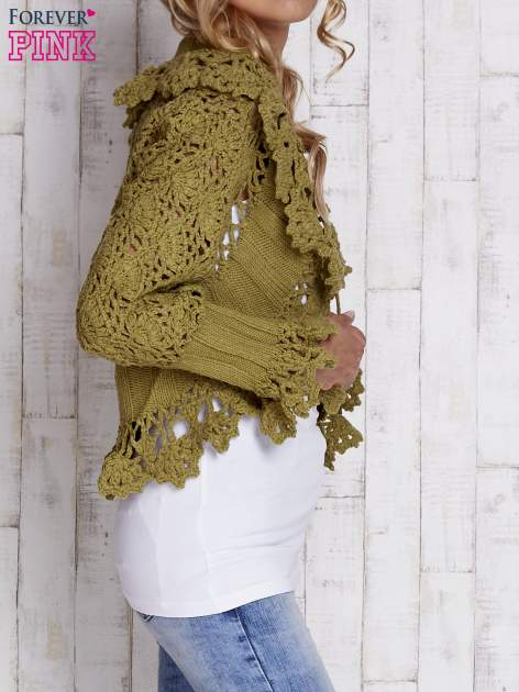 Zielony sweter o szerokim splocie z wiązaniem                                  zdj.                                  3