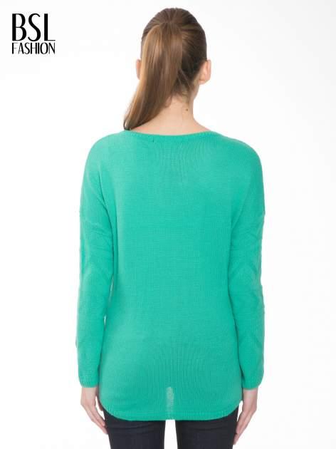 Zielony sweter w azteckie wzory z frędzlami na dole                                  zdj.                                  4