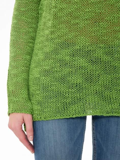 Zielony sweter z oczkami przy ramionach                                  zdj.                                  6