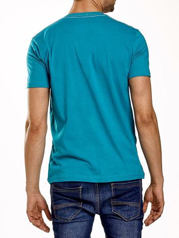 Zielony t-shirt męski z nadrukiem mostu i napisem CALIFORNIA 66                                  zdj.                                  2