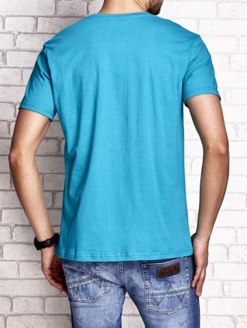 Zielony t-shirt męski z nadrukiem napisów i cyfrą 9                                  zdj.                                  3