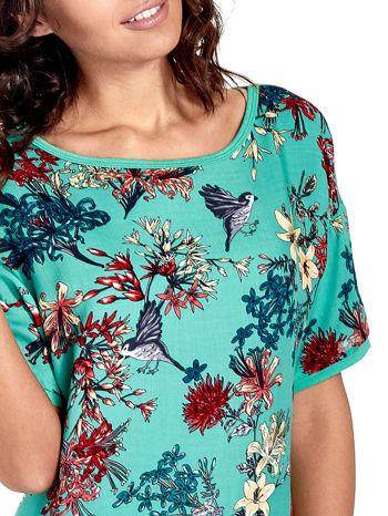 Zielony t-shirt we wzór roślinny                                  zdj.                                  5