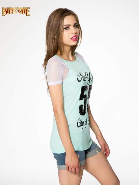 Zielony t-shirt z nadrukiem NEW YORK 55 i siatkowymi rękawami                                  zdj.                                  3