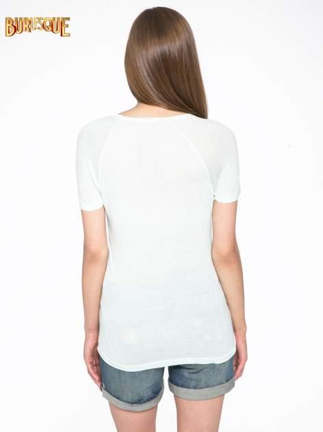 Zielony t-shirt z nadrukiem pejzażu i napisem EXQUISTE z dżetami                                  zdj.                                  4