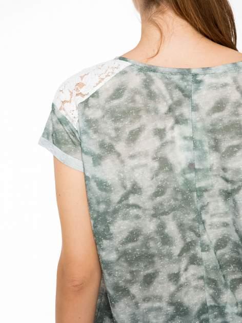 Zielony t-shirt z napisem LET'S GO i koronkowymi wstawkami                                  zdj.                                  8