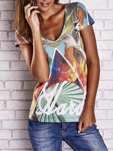 Zielony t-shirt z symetrycznym nadrukiem ptaków i kwiatów