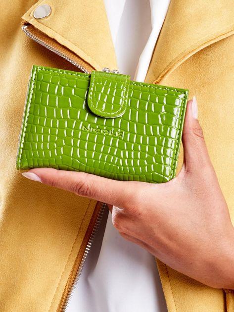 Zielony tłoczony portfel z klapką