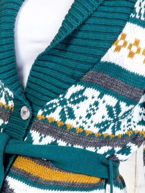 Zielony wzorzysty sweter na guziki                                  zdj.                                  6
