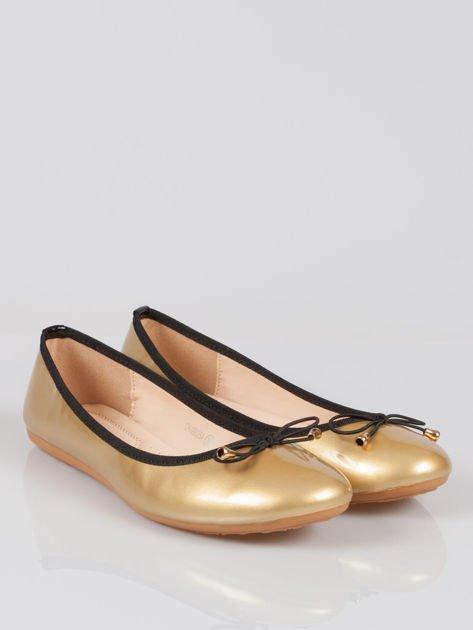 Złote baletki faux leather Evy z czarną kokardką i lamówką                              zdj.                              2
