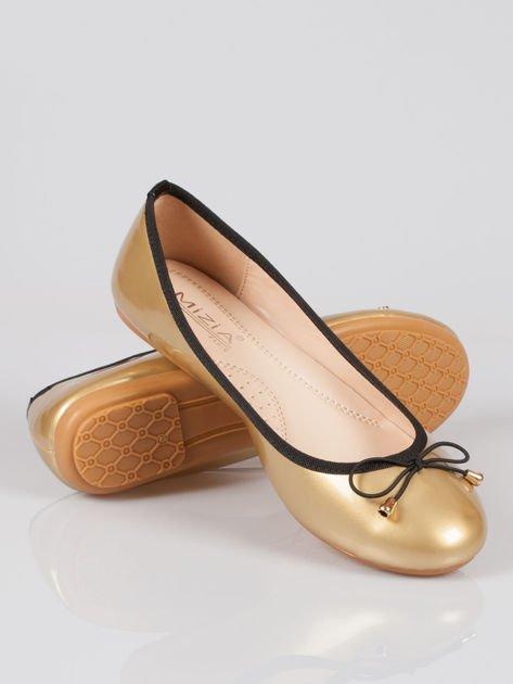 Złote baletki faux leather Evy z czarną kokardką i lamówką                              zdj.                              4