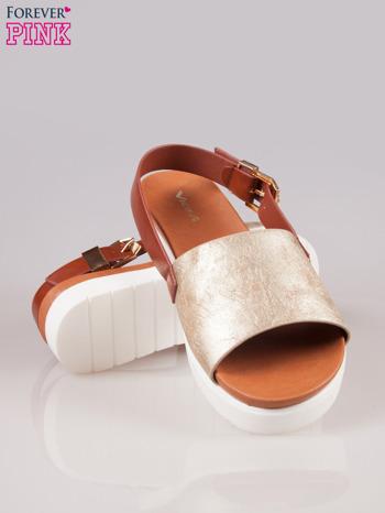 Złote płaskie sandały ze złotą klamrą na traktorowej podeszwie                                  zdj.                                  4