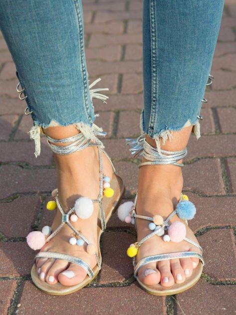 Złote sandały z kolorowymi pomponikami wiązane wokół kostki rzemykiem z ozdobnym chwostem                              zdj.                              4