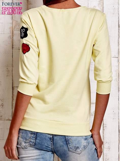 Żółta bluza z naszywkami na rękawie                                  zdj.                                  4