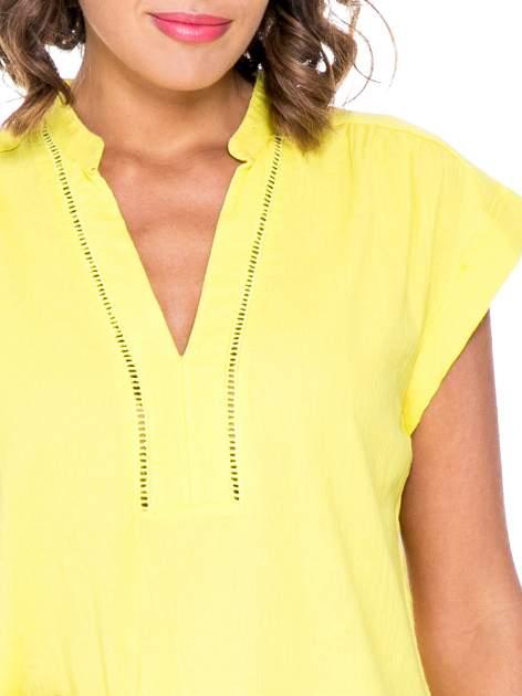 Żółta bluzka koszulowa z ażurowaniem wzdłuż dekoltu                                  zdj.                                  5