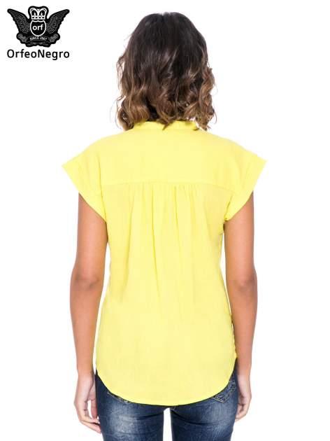 Żółta bluzka koszulowa z ażurowaniem wzdłuż dekoltu                                  zdj.                                  4