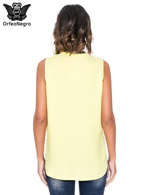 Żółta bluzka koszulowa z biżuteryjnym dekoltem V-neck                                  zdj.                                  4