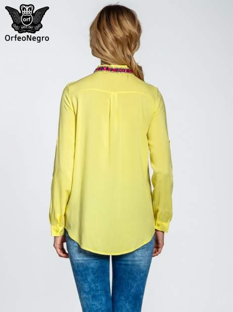 Żółta bluzka koszulowa z biżuteryjnym kołnierzykiem                                  zdj.                                  5