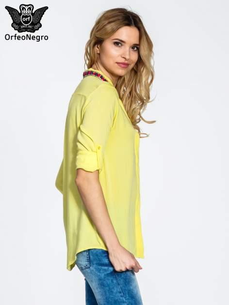 Żółta bluzka koszulowa z biżuteryjnym kołnierzykiem                                  zdj.                                  4
