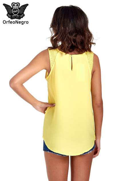 Żółta bluzka koszulowa z koralikami przy ramionach                                  zdj.                                  4