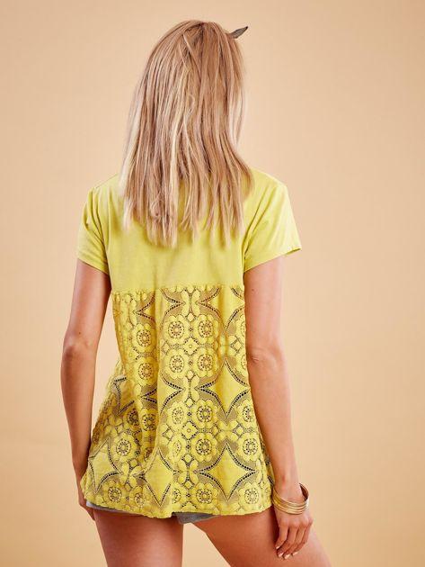 Żółta bluzka z koronkową wstawką na plecach                              zdj.                              2