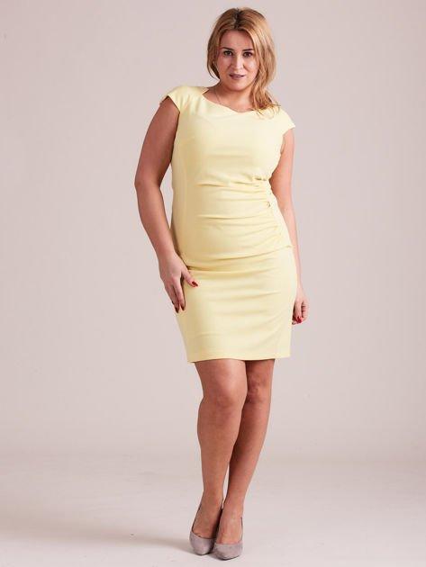 Żółta elegancka sukienka z marszczeniem PLUS SIZE                              zdj.                              4