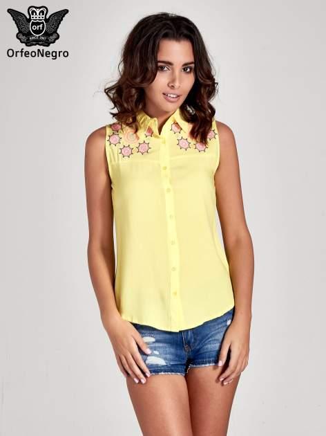 Żółta koszula bez rękawów z kolorowym haftem na górze