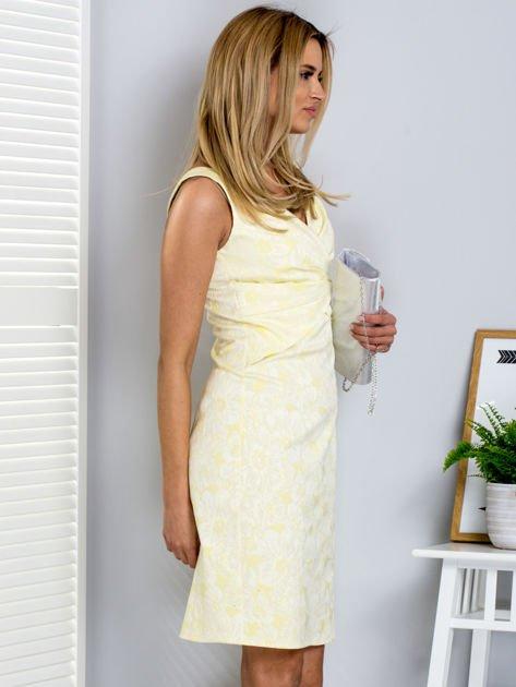 Żółta kwiatowa sukienka z trójkątnym dekoltem                              zdj.                              3