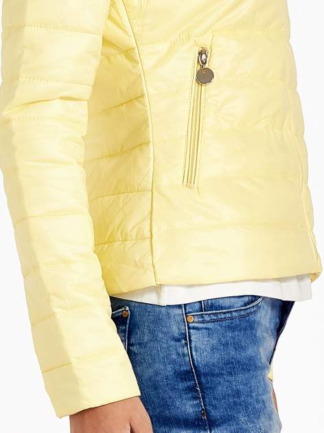 Żółta lekka kurtka puchowa ze stójką                                  zdj.                                  5