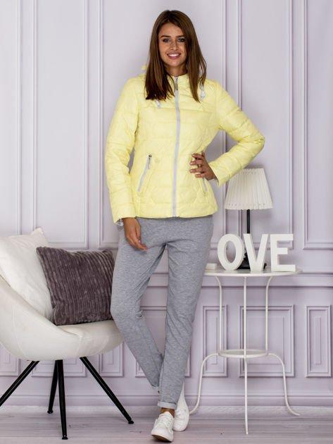 Żółta pikowana kurtka przejściowa z ozdobnymi suwakami                              zdj.                              4