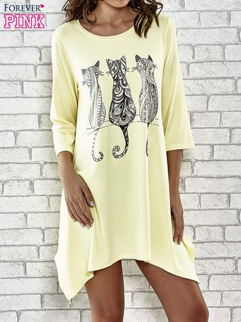 Żółta sukienka damska z nadrukiem kotów