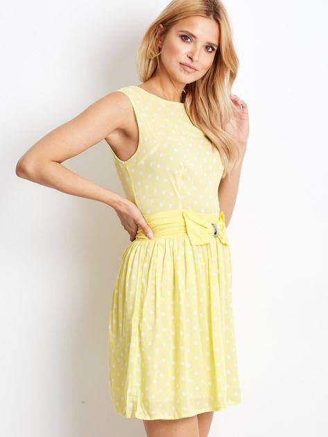 Żółta sukienka w grochy z ozdobną kokardą