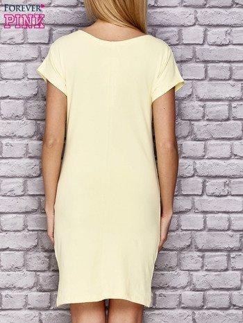 Żółta sukienka z cekinowym motylem                                  zdj.                                  2