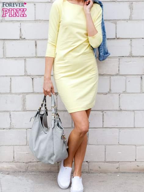 Żółta sukienka z kieszeniami na suwak