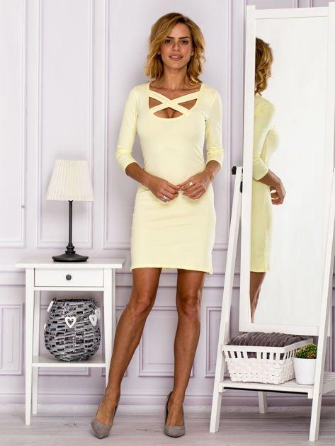 Żółta sukienka z paskami przy dekolcie                                   zdj.                                  4
