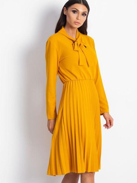 Żółta sukienka z plisami                              zdj.                              3