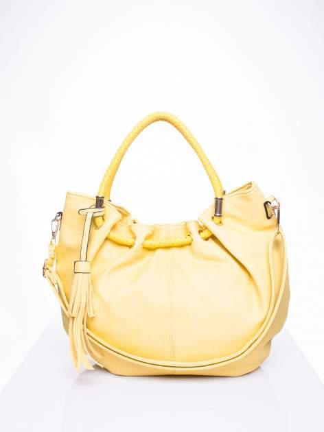 Żółta torebka z plecionymi uchwytami i frędzlami