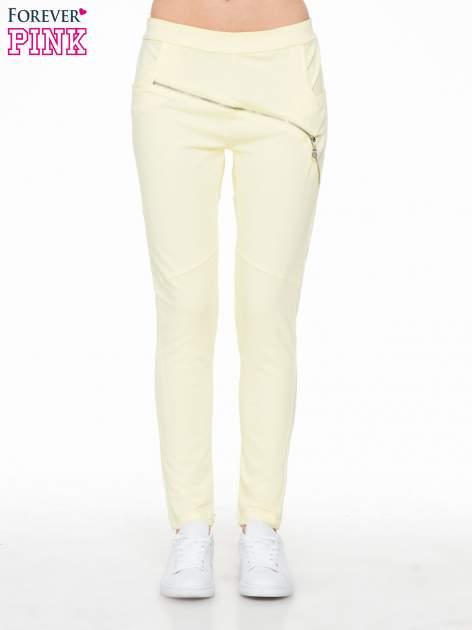 Żółte spodnie dresowe typu baggy z suwakiem                                  zdj.                                  1