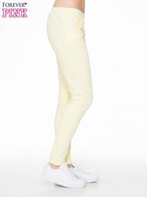 Żółte spodnie dresowe typu baggy z suwakiem                                  zdj.                                  3