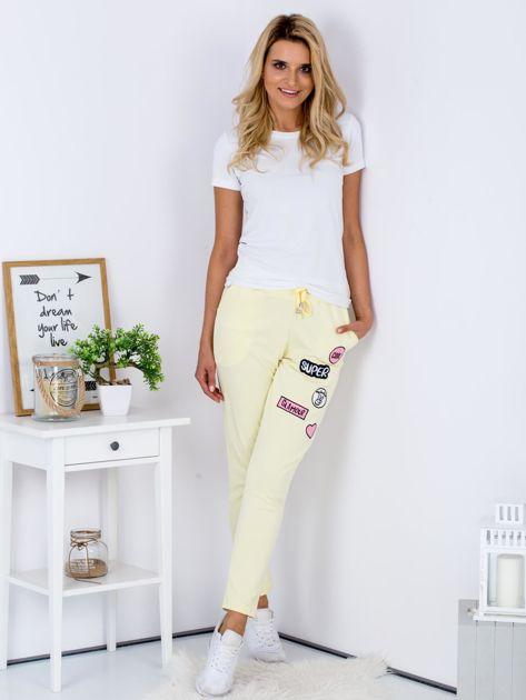Żółte spodnie dresowe z naszywkami                              zdj.                              4
