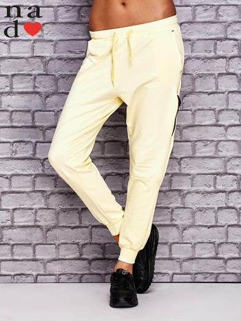 Żółte spodnie dresowe z zasuwaną kieszonką                                  zdj.                                  1