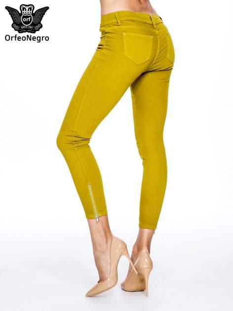 Żółtobrązowe spodnie typu skinny z elastycznego materiału                                  zdj.                                  2