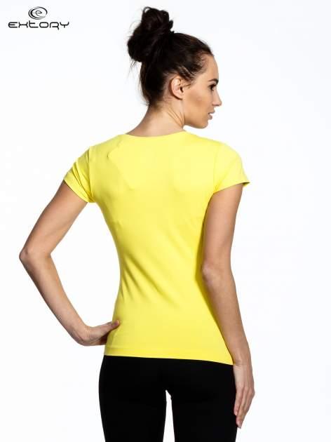 Żółty damski t-shirt sportowy z dekoltem U                                  zdj.                                  4