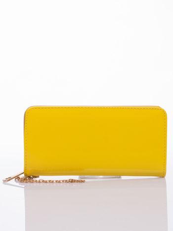 Żółty lakierowany portfel z odpinanym złotym łańcuszkiem