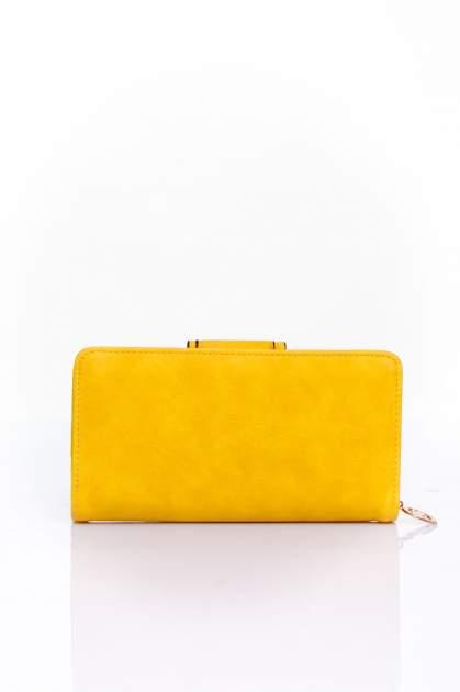 Żółty portfel z ozdobnym zapięciem                                  zdj.                                  2