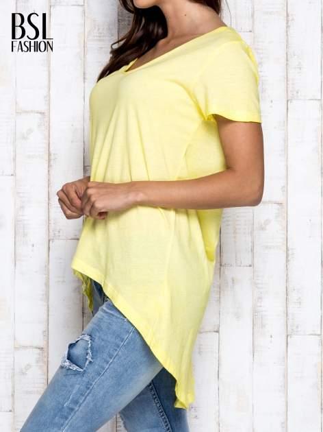 Żółty t-shirt acid wash z asymetrycznym dołem                                  zdj.                                  3
