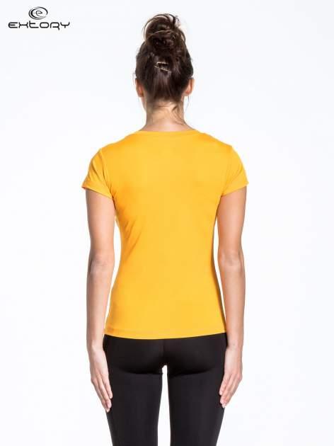 Żółty t-shirt sportowy termoaktywny z dekoltem V                                  zdj.                                  2