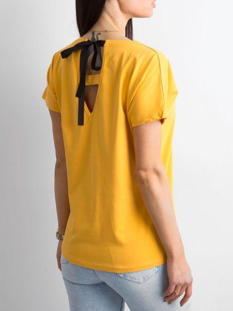 Żółty t-shirt z aplikacją i wycięciem z tyłu                              zdj.                              2